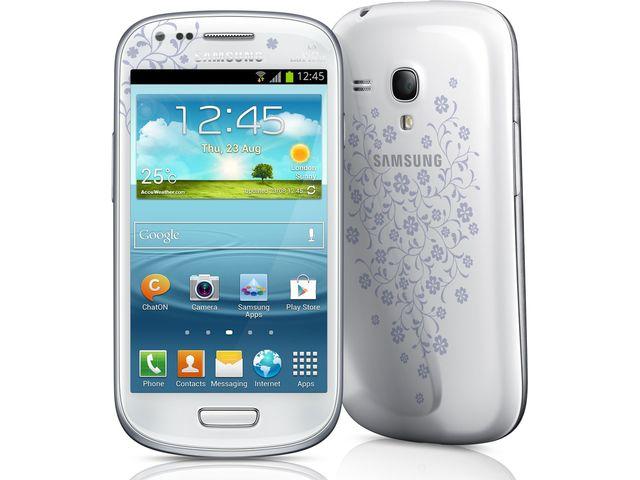 obsah balení Galaxy S III Mini NFC La Fleur + držák s nabíjením Brodit